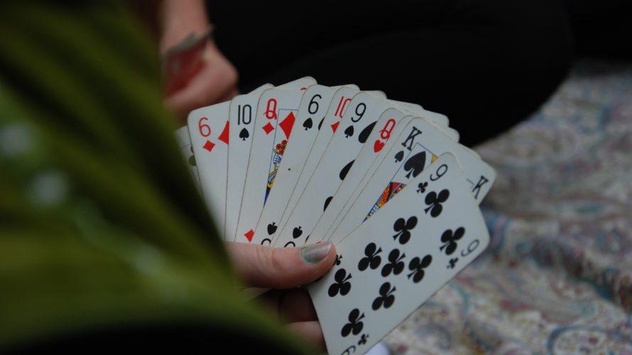 トランプ、UNOからの卒業。キャンプで盛り上がるカードゲーム4選!